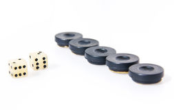 Het backgammon dobbelt en stukken Stock Foto's