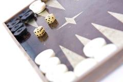 Het backgammon dobbelt en stukken Stock Afbeelding