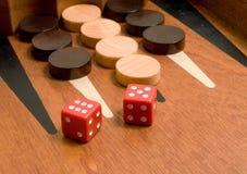 Het backgammon met rood dobbelt Royalty-vrije Stock Fotografie