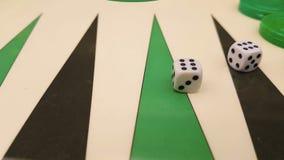 Het backgammon met twee dobbelt motie dichte omhooggaand stock video