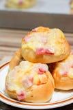 Het bacon met mayonaise paneert broodje in de schotel Royalty-vrije Stock Afbeeldingen
