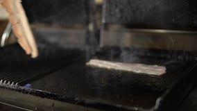 Het bacon op de grill stock videobeelden