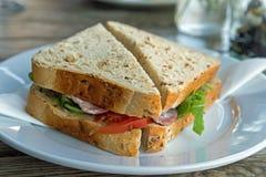 Het baconsandwich van het graanschuurbrood op een plaat royalty-vrije stock fotografie