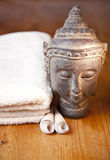 Het bad of de douche van de luxe die met handdoek wordt geplaatst Royalty-vrije Stock Fotografie