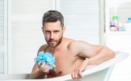 Het bad heeft grotere effect stemming dan lichaamsbeweging Van de het gebruiksspons van mensen de gebaarde hipster schoonmakende  stock foto's