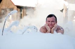 Het bad van de sneeuw in winter spa Stock Foto