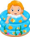 Het bad van het babymeisje in een badkuip met partij van zeep stock illustratie