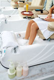 Het bad van pedicurevoeten als bankvoorzitter bij spijkerssalon Royalty-vrije Stock Foto's