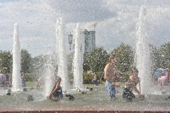 Het baden in de fontein op een hete dag Royalty-vrije Stock Afbeeldingen