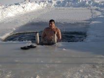 Het baden in een ijs-gat. Stock Foto