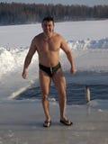 Het baden in een ijs-gat. Royalty-vrije Stock Afbeeldingen