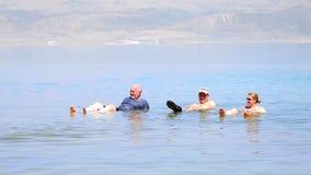 Het baden in het Dode Overzees Royalty-vrije Stock Afbeeldingen