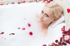 Het baden van de vrouw Stock Afbeelding