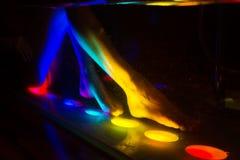 Het baden van de vrouw in kuuroord met kleurentherapie Royalty-vrije Stock Foto