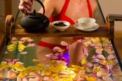 Het baden van de vrouw in kuuroord met kleurentherapie Stock Foto