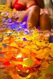 Het baden van de vrouw in kuuroord met kleurentherapie Stock Afbeelding