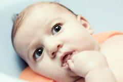 Het baden van een jonge 3 maandbaby Royalty-vrije Stock Foto's