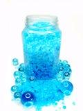 Het baden van het kuuroord zout onder de capsules van de aromaolie stock foto