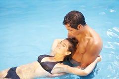 Het baden van het paar samen in het zwemmen Stock Afbeelding