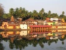 Het baden van India vijver Kund en tempels Stock Afbeelding