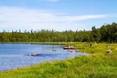 Het baden van meer op Solovezki-eiland in Rusland Juni 2016 royalty-vrije stock afbeelding