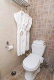Het baden van robes in toilet Stock Afbeelding