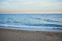 het baden van wild strand zonder mensen na zonsondergang royalty-vrije stock afbeelding