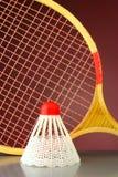 Het badminton van de shuttle en van de racket stock afbeeldingen