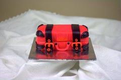 Het bagage gestalte gegeven rood en de zwarte van de fondantjecake Stock Foto