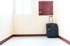 Het bagagekarretje werd geplaatst in de hoek van de ruimte Stock Foto