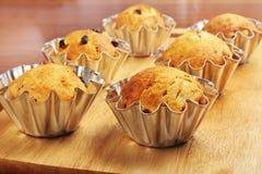 Het bakken cupcakes in manden Royalty-vrije Stock Afbeeldingen