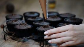 Het bakken cupcakes Cupcakes met chocolade wordt gevuld die stock videobeelden