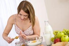 Het bakken - Gelukkige vrouw met gezond ingrediënt Royalty-vrije Stock Fotografie