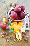 Het bakken met appelen en noten Stock Afbeeldingen