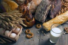 Het bakken met melk en eieren royalty-vrije stock afbeelding