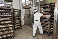 Het bakken van een brood Stock Afbeeldingen
