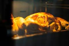Het bakken van een grote kip in de oven royalty-vrije stock foto