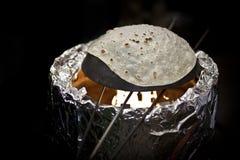 Het bakken van een naan brood Stock Foto's