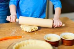 Het bakken van een pasteiclose-up Royalty-vrije Stock Afbeelding