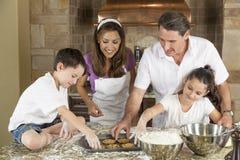 Het Baksel van de familie en het Eten van Koekjes in Keuken Royalty-vrije Stock Foto