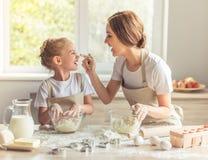 Het baksel van de moeder en van de dochter royalty-vrije stock afbeeldingen