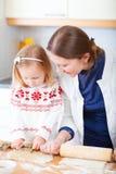 Het baksel van de moeder en van de dochter samen royalty-vrije stock fotografie