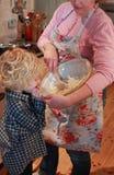 Het baksel van de moeder en van de zoon Stock Foto