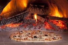 Het baksel van de pizza royalty-vrije stock afbeelding