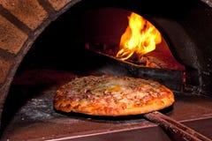 Het baksel van de pizza in de oven royalty-vrije stock afbeelding