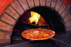 Het baksel van de pizza in de oven stock foto's