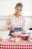 Het Baksel van de vrouw in Keuken stock foto