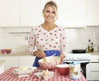 Het Baksel van de vrouw in Keuken royalty-vrije stock foto
