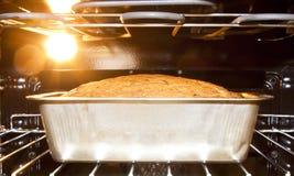 Het baksel van het brood in de hete oven Royalty-vrije Stock Afbeelding