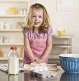 Het baksel van het meisje Stock Foto's